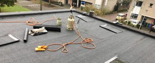 Bitumen dak ondergaat dakrenovatie